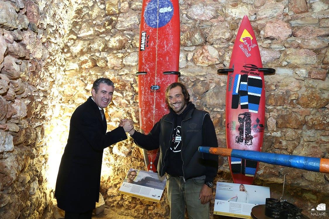 """João de Macedo é o primeiro surfista português na """"Surfer Wall"""" da Nazaré"""