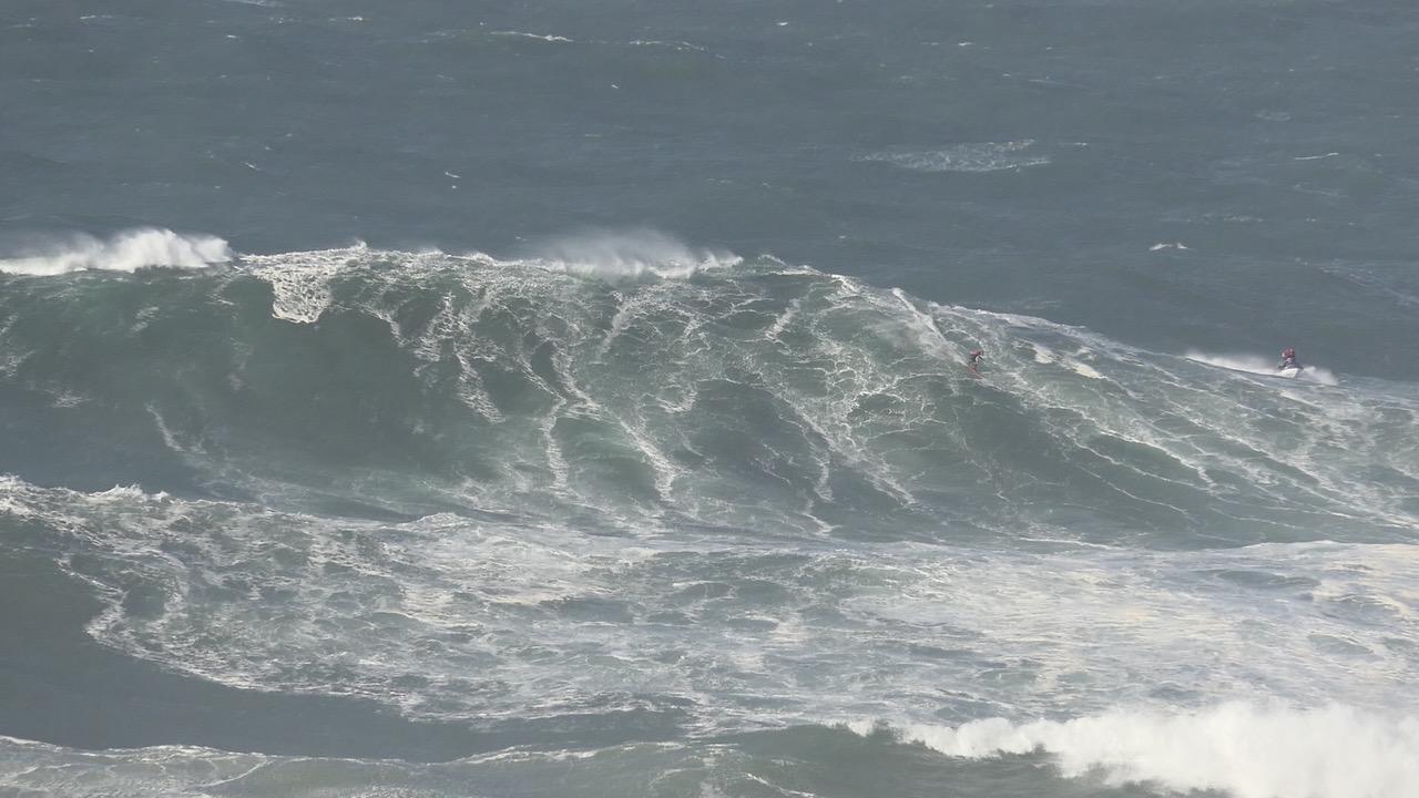 Tempestade Ana: Surfistas do EDP Mar Sem Fim desafiam ondas da Nazaré